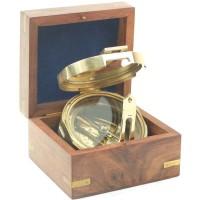 Kompas in houten kistje met anker