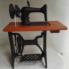 Gietijzeren  Beeldje  decoratief  naaimachine
