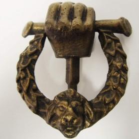 Gietijzeren deurklopper voorzien van hand en leeuw