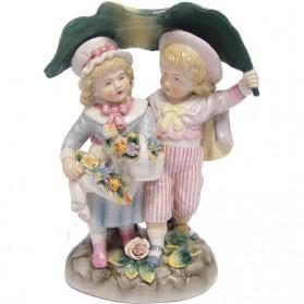 Jongen en meisje onder een blad beeldje van porselein