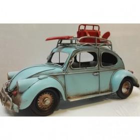 Lichtblauwe blikken Volkswagen kever met surfplank